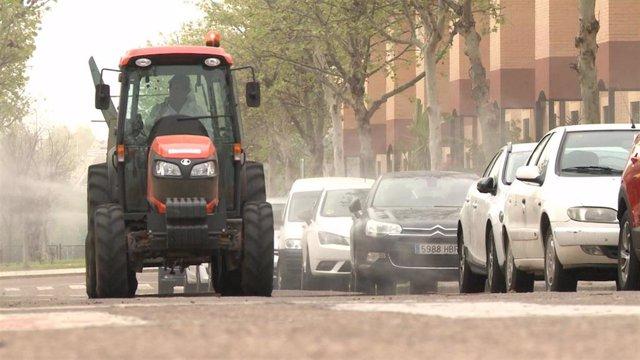 Tractor desinfecta una calle de Mérida