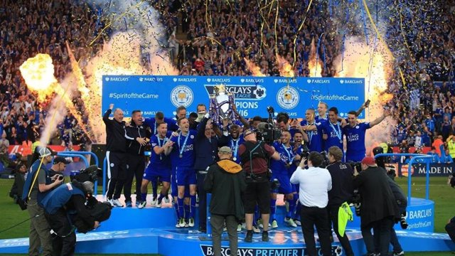 El Leicester City levantando su trofeo de campeones de la Premier 2015-2016