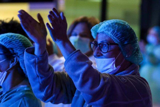 Homenaje a los Servicios Sanitarios y Policías que tiene lugar cada día a las 20:00 horas en la puerta del Hospital de la Fe como agradecimiento a su labor en la lucha contra el coronavirus. En Valencia / Comunidad Valenciana (España)