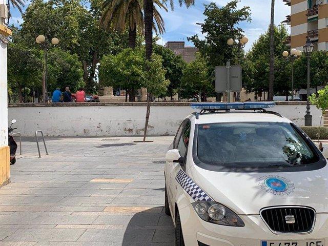 Un vehículo de la Policía Local de Córdoba en la Plaza Padres de Gracia, en una imagen de archivo.