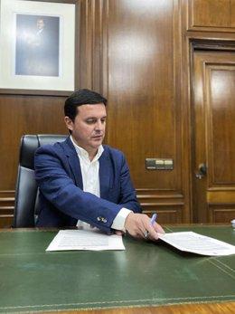 García firma el decreto de emergencia para la compra de material sanitario