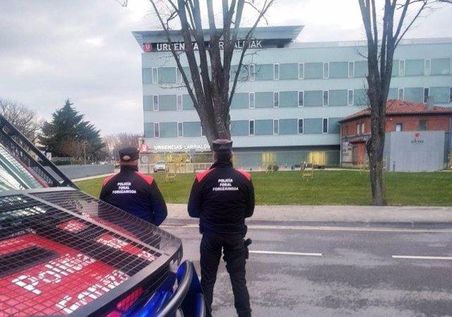 Dos agentes de la Policía Foral en el Complejo Hospitalario de Navarra