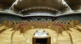 Salon de plenos del Parlamento foral.
