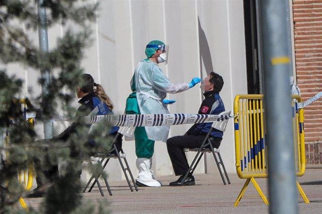 Una sanitaria le realiza a un policía municipal uno de los test rápidos de coronavirus que ha adquirido el Ayuntamiento de la capital