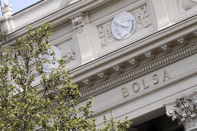 Fachada del edificio de la Bolsa en Madrid, que aparece hoy cerrado al público después de que el Ibex 35 haya rebotado por la intervención del BCE, en Madrid (España), a 19 de marzo de 2020.
