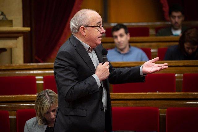 El conseller d'Educació de la Generalitat, Josep Bargalló, intervé des del seu escó, durant una sessió plenària en el Parlament de Catalunya, a Barcelona (Catalunya, Espanya), a 12 de febrer de 2020.