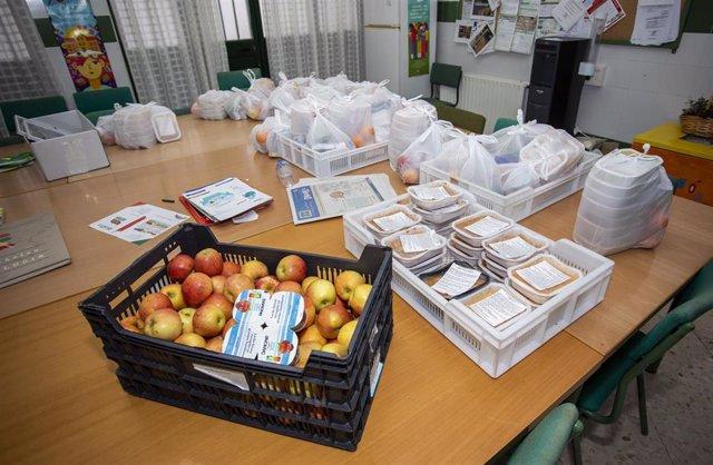 Reparto en Huelva de la comida del Programa de Refuerzo de Alimentación Infantil de la Junta