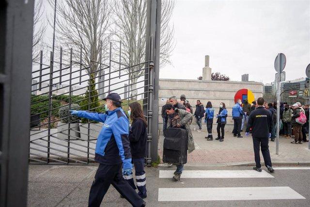 Trabajadores del Samur Social a las puertas de Ifema donde llegan las primeras personas sin hogar al pabellón 14