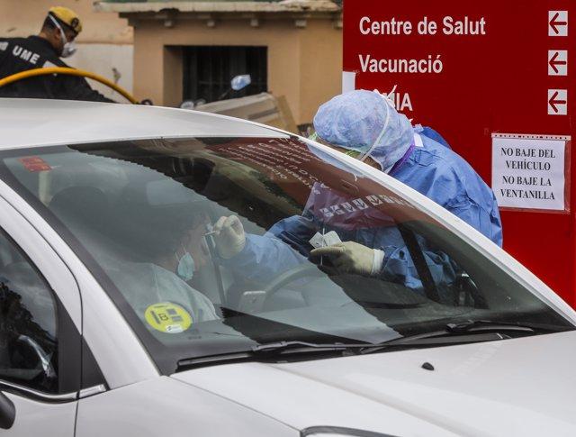 Toma de muestra a un sanitario en el Hospital de la Malvarrosa (València) para el test de Covid 19