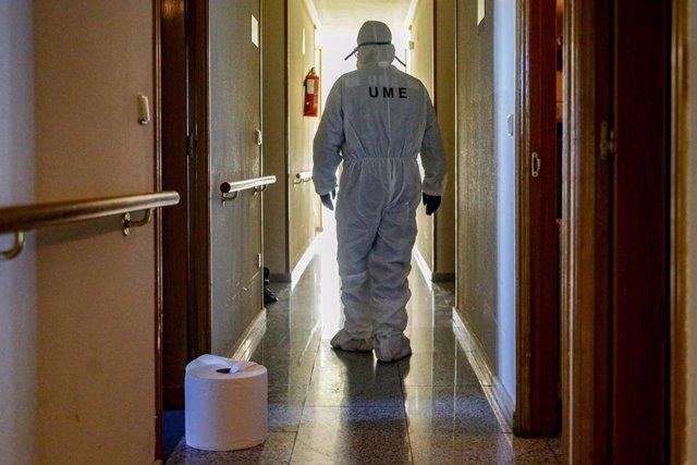 Un militar de la UME entra a desinfectar una residencia de mayores