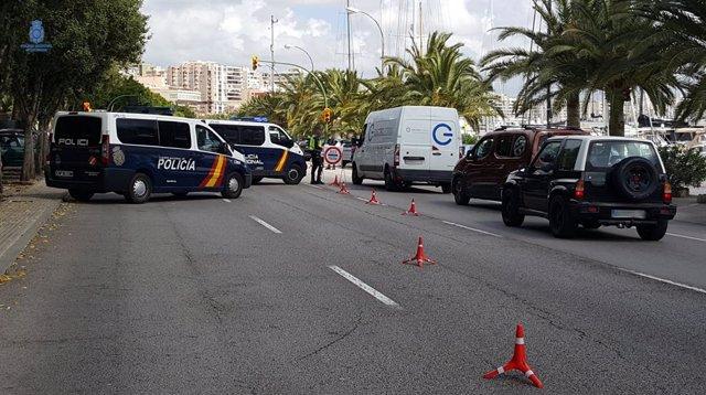 Control de la Policía Nacional en el Paseo Marítimo durante el estado de alarma.
