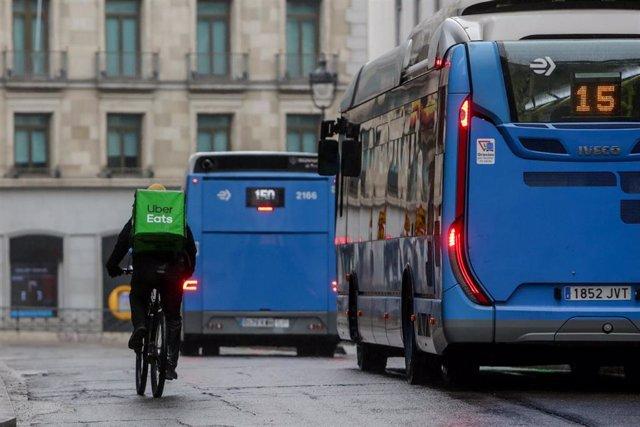 Un repartidor de la empresa Uber Eats recorre las calles de la capital durante el estado de alarma, en Madrid (España) a 21 de marzo de 2020.