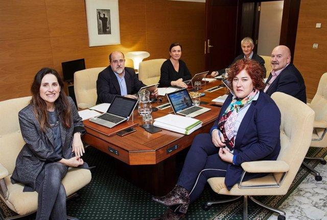 Reunión del Parlamento Vasco para decidir sobre la comperecencia del Lehendakari, Iñigo Urkullu, para explicar la gestión del Gobierno vasco en la crisis del coronavirus