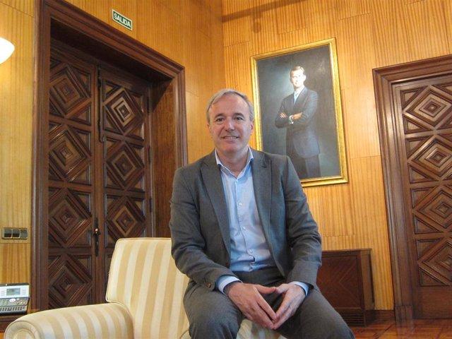 El alcalde de Zaragoza, Jorge Azcón, en su despacho