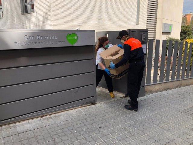 Protecció Civil reparteix material sanitari a residències de L'Hospitalet de Llobregat