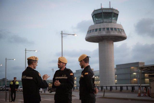 Tres Agentes de la UME del Ejército conversan durante las tareas de desinfección en el Aeropuerto de El Prat en el marco de la operación de lucha contra la propagación del coronavirus, en Barcelona/Catalunya (España), a 19 de marzo de 2020.