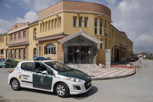 Coche de la guardia civil a las puertas de  el centro de mayores Cáxar De La Vega (Granada) donde hay diez ancianos fallecidos y varios usuarios aislados. Cájar (Granada) a 26 de marzo del 2020