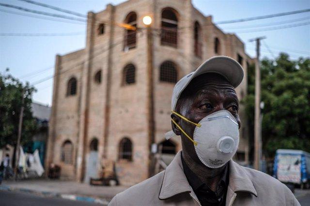 Un hombre con mascarilla en Dakar
