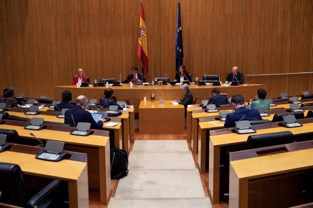 El ministro de Sanidad, Salvador Illa (i), durante su comparecencia en la Comisión de Sanidad del Congreso de los Diputados