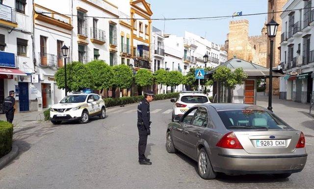 Agentes de Carmona supervisando el cumplimiento del estado de alarma