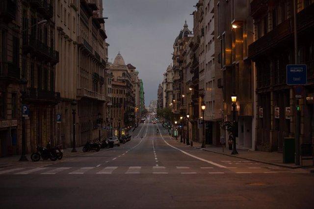 Via Laietana durant el primer dia laborable de la segona setmana des que es va decretar l'estat d'alarma al país a conseqüència del coronavirus, a Barcelona/Catalunya (Espanya) a 23 de març de 2020.