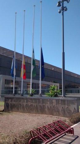 Las banderas ondean a media asta en todos los edificios oficiales de la Diputación de Málaga en señal de luto por las víctimas del coronavirus