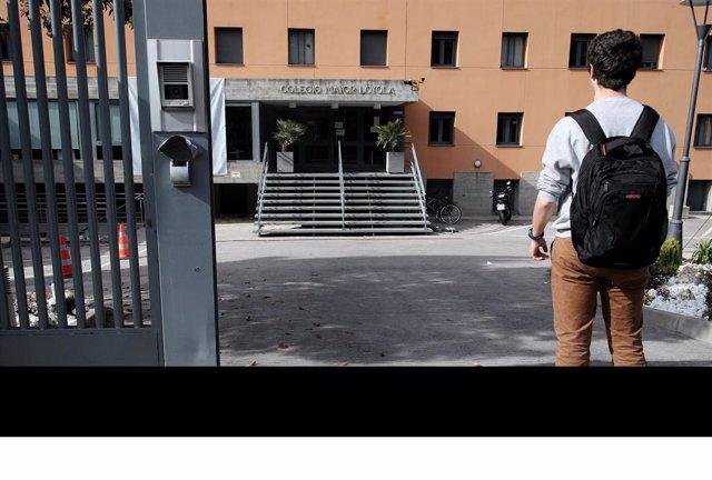Un universitario, frente a un colegio mayor de Madrid cerrado por el coronavirus.