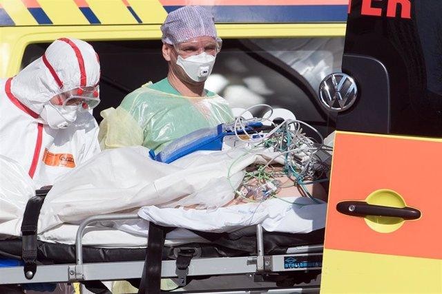 Trabajadores sanitarios trasladan a un paciente de Covid-19 en un hospital de Leipzig