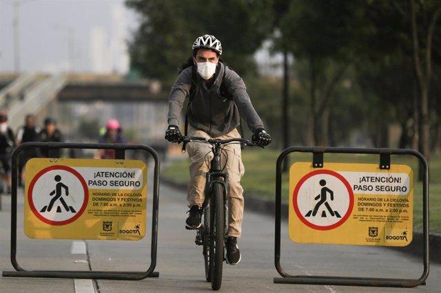 Ciclista con mascarilla en Bogotá