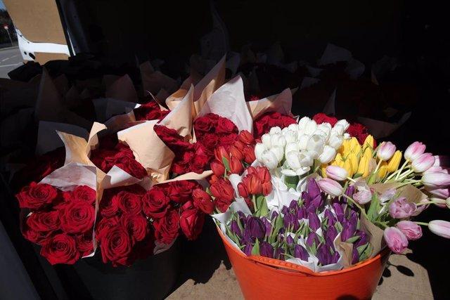 Rosas y tulipanes que la Fundación Madrina envía para regalar a los sanitarios y para decorar el hospital de campaña en Ifema