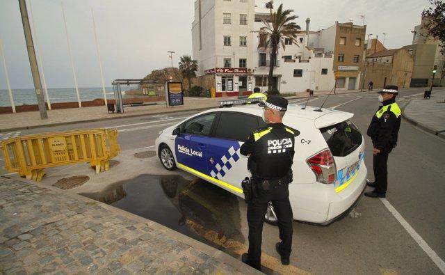 Imagen de archivo de una patrulla de la Policía Local de Blanes (Girona), con los agentes protegidos con mascarillas durante la pandemia de coronavirus.