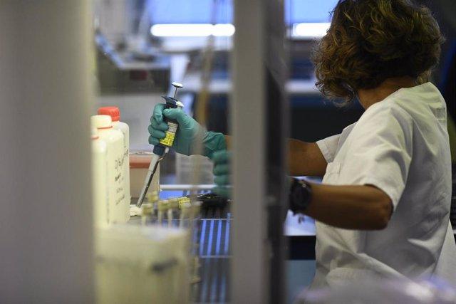 Una investigadora realiza un experimento en el Laboratorio Regional de Salud Pública de la Comunidad de Madrid