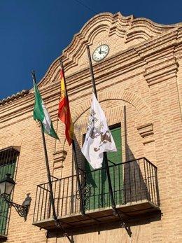 Las banderas de Antequera ondearán a media asta de forma indefinida en señal de luto por todas las personas fallecidas a causa del virus COVID-19