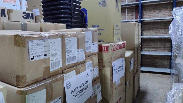 El SESCAM, ha mediado en los últimos días entre los proveedores de material y las empresas concesionarias del transporte sanitario para que éstas últimas se provean de 4.150 monos, 5.250 mascarillas FFP2, 5.000 mascarillas quirúrgicas y 120.000 guantes
