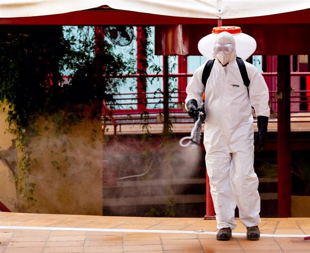 Operarios de una empresa privada han realizado esta mañana una desinfección en los juzgados de Sevilla, donde se encuentra el registro civil Sevilla a 23 de marzo del 2020