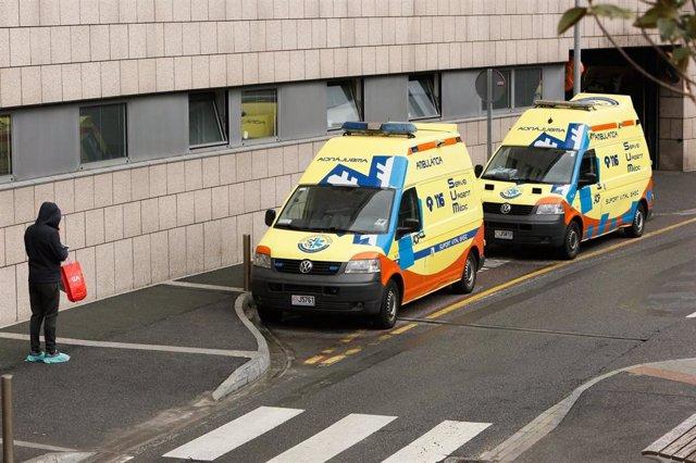 Dos ambulancias estacionadas a la puerta del hospital andorrano