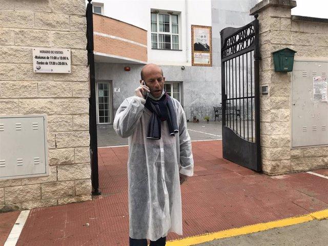 Rafael Aguilera, alcalde de Alcalá del Valle en la puerta de la residencia de mayores