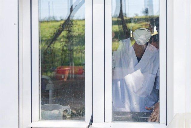Una empleada de la Residencia de Mayores San Carlos del Bosque ubicada en Villaviciosa de Odón protegida con mascarilla