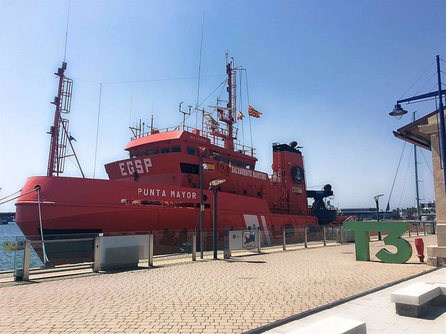 El barco de salvamento marítimo Punta Mayor atracado en el Puerto de Tarragona