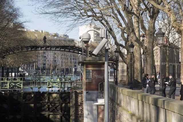 Policías con mascarillas por el coronavirus en París