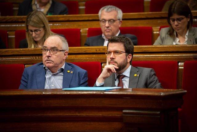El conseller d'Educació, Josep Bargalló (izq) i el vicepresident de la Generalitat, Pere Aragonès (dech), en una sessió plenària en el Parlament de Catalunya, a Barcelona /Catalunya (Espanya), a 11 de febrer de 2020.