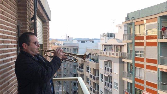 Un músico en un balcón de Llíria