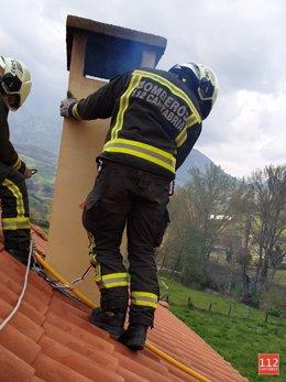 Bomberos del 112 Cantabria extinguen el fuego de una chimenea en una casa de Tama