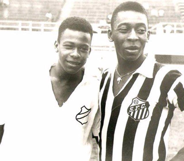 Jair Arantes do Nascimento con su hermano Pelé en el Santos