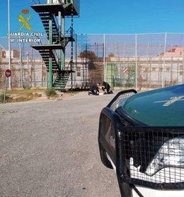 Guardias civiles descuben droga lanzada desde el otro lado de la valla de Melilla
