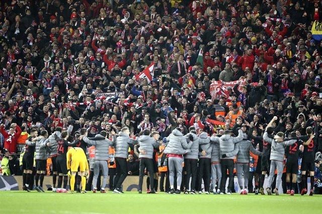 El Atlético de Madrid celebra con su afición el triunfo en Anfield