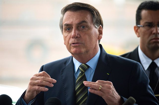 Coronavirus.- Bolsonaro incluye los servicios religiosos y las loterías entre la