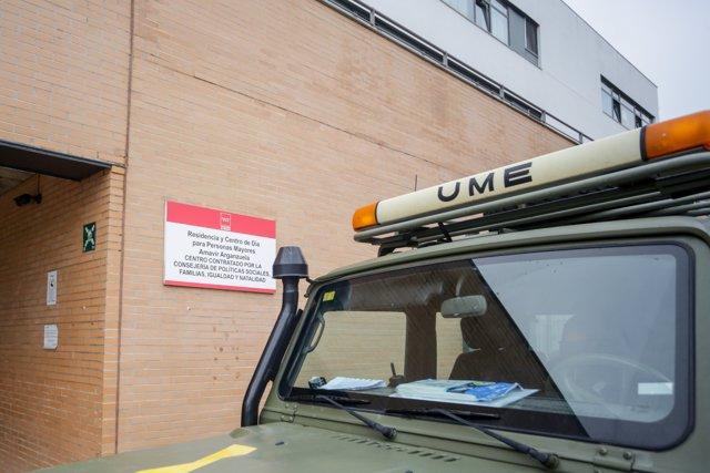 Un camión de la UME aparcado en las inmediaciones de la Residencia de Mayores Amavir Arganzuela ubicada en Embajadores (Madrid).