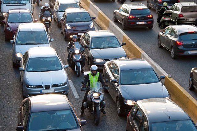 Vehículos en un atasco (automóviles y motocicletas)