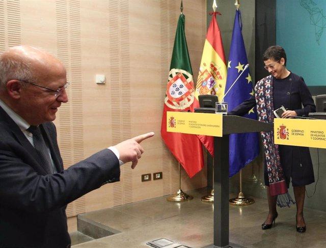 El ministro portugués de Exteriores, Augusto Santos Silva y la ministra de Asuntos Exteriores, Unión Europea y Cooperación, Arancha González Laya a su llegada a la rueda de prensa en el Palacio de Viana, en Madrid (España), a 9 de marzo de 2020.